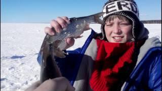 Зимняя рыбалка. Сын с папой на рыбалке на Горьковском море.