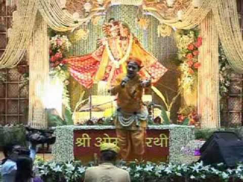 Shri Radhakrishnaji Maharaj Singing And Dancing On Mithe Ras Se Bhariyo Ri video