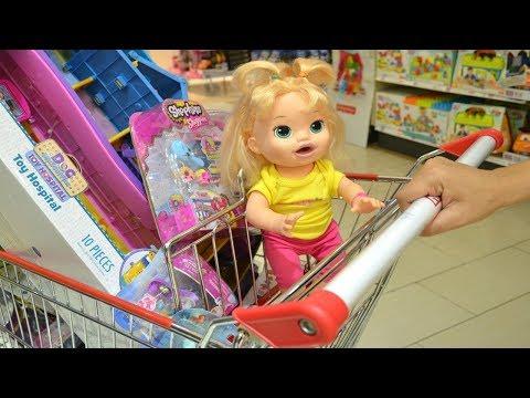 La Muñeca Baby Alive Sara va con su Mami a la Juguetería y quiere Comprar Todo!!! TotoyKids