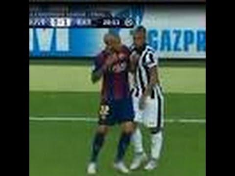 Dani Alves le hace un Caño a Arturo Vidal