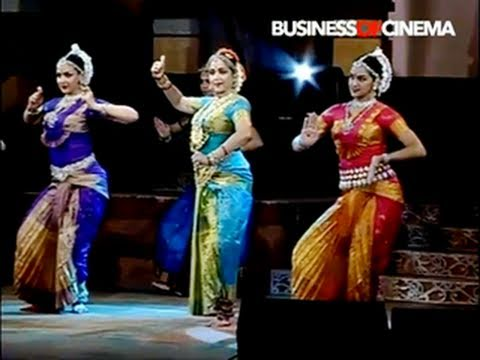 Hema Malini's dance performance with daughters Esha & Ahana Deol