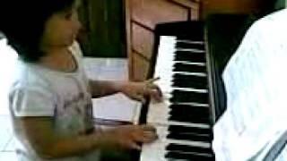 Ririn main piano