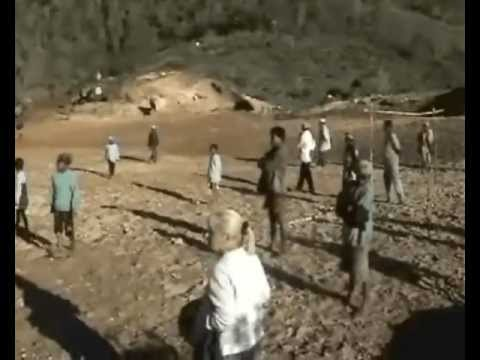 Madagascar Babakoto Réalisation des terrains de sport par l'association Babakoto.