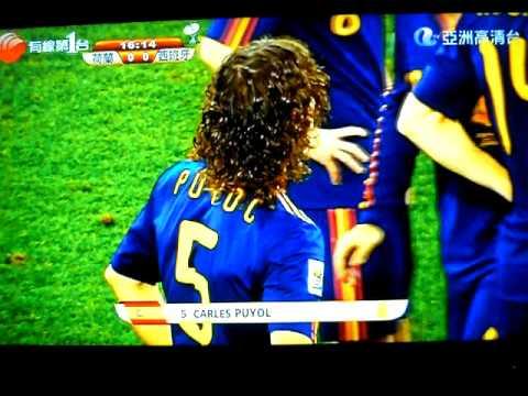 荷蘭採用硬朗踢法,洛賓被剷到飛起。