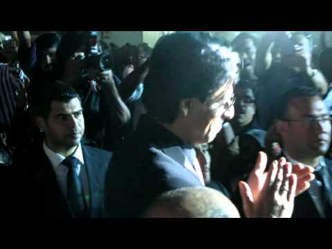 SHAHRUKH KHAN IN DUBAI FESTIVAL CITY 2012 - Asianet film awards 2012 venue - Entry of King Khan