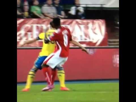 Brutal agresión de Zlatan a Alaba