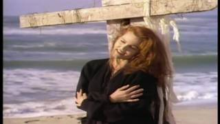 Клип Belinda Carlisle - Circle In The Sand