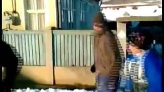 A rupt poarta cu sania ,incredibil:))