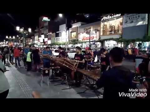 Musik Jalanan Malioboro (Kanggo Riko - demmy versi angklung) dan Bakmi enak di Sosrowijayan