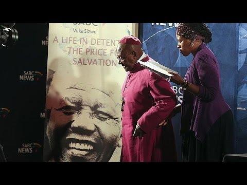 Desmond Tutu, bouleversé, se souvient de Mandela