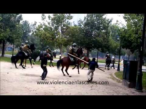 pelea estudiantes contra policia a caballo, students with stones against mounted police, Chile