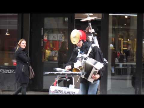 一人何役?! いくつもの楽器を操るストリートミュージシャン