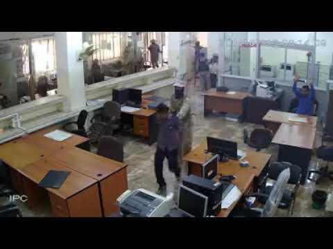فيديو: تسجيل مصور للحظة اقتحام عصابة مسلحة لفرع البنك الأهلي بمدينة عدن