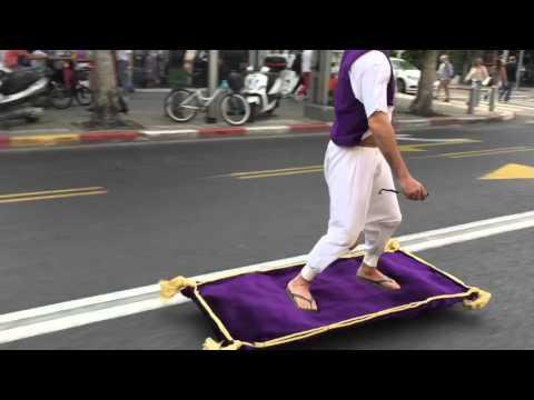 スケ―ドボードを仕込んだ空飛ぶ絨毯風のボードに乗って道路を颯爽と走る