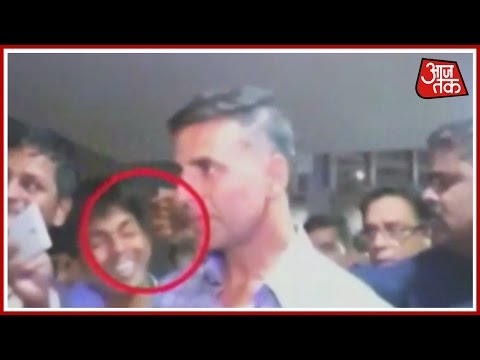 Akshay Kumar's Guard Hits Fan At Airport