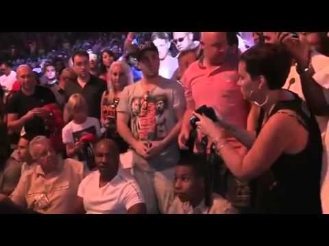 A Fan tries to do a Selfie with Mike Tyson: FAIL
