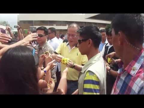 Philippine President Aquino mingles with IRRI staff, 14 February 2013