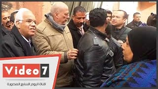 محافظ القاهرة يوزع بطاطين على فقراء حى الساحل بشبرا
