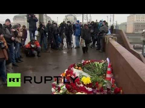Москвичи несут цветы к месту гибели
