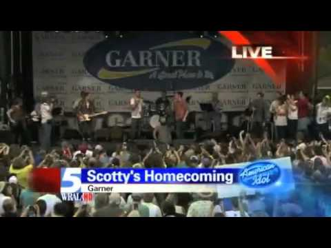 Josh Turner surprises Scotty McCreery on his stage