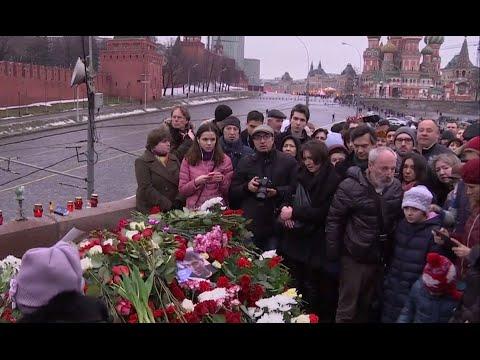 Flowers, tears at Nemtsov murder scene opposite Moscow Kremlin