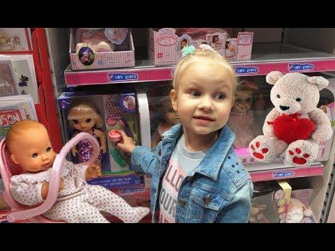 Красивая КУКЛА для девочек в магазине игрушек ! Алиса выбирает подарок на НОВЫЙ ГОД !