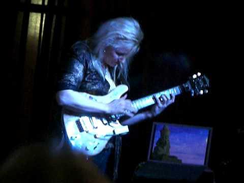 Jennifer Batten Finger tapping @ Amazing Tone Music