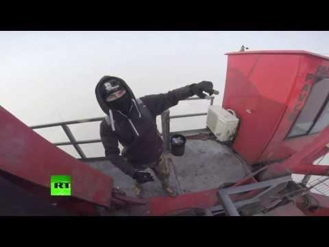 Российские руферы без страховки покорили Шанхайскую башню