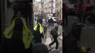 Des gilets jaunes demasquent et expulsent des policier deguise en casseur