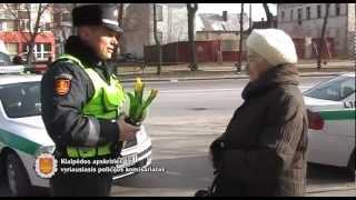Klaipėdos AVPK Kelių policija moterims dovanoja gėles
