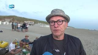 Texels protest in zand tegen slaapverbod in strandhuisjes van start