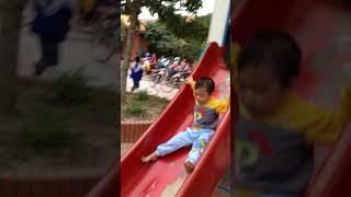 bé chơi  cầu trượt cực vui