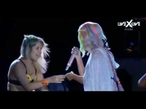 Para sorpresa de Katy Perry, una joven le tocó la cola y la besó