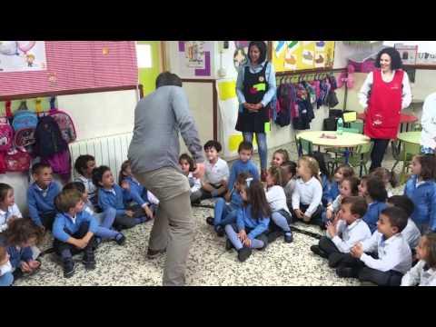Ian nuestro auxiliar de conversación con los alumnos de Educación Infantil