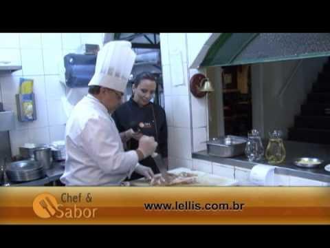 Chef Lellis prepara perna de cabrito à Lellis