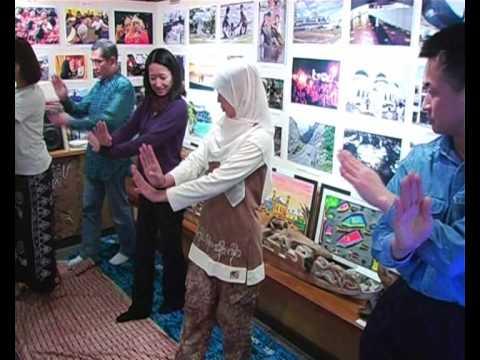 ミキアルさんからアチェ伝統舞踊を学ぶ Belajar Tarian Aceh Ranup Lampuam