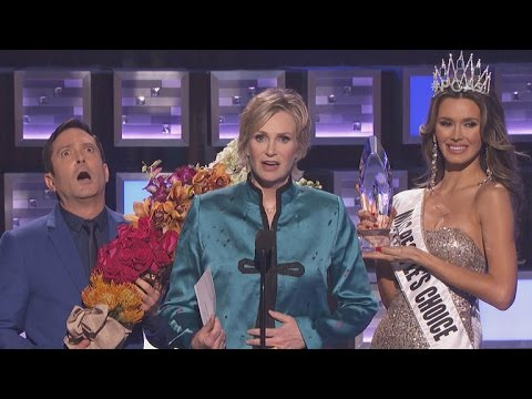 Jane Lynch Hilariously Parodies Steve Harvey's Miss Universe Flub at 2016 People's Choice Awards