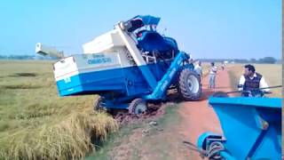 paddy harvesting machine accident on the road /দেখুন ধান কাটা মেসিন কেমন উলটে যাছে//paddy harvestin