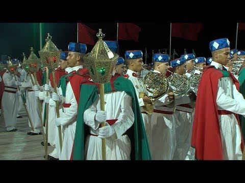 عيد العرش: طواف المشاعل التقليدي للحرس الملكي ينير كورنيش المضيق