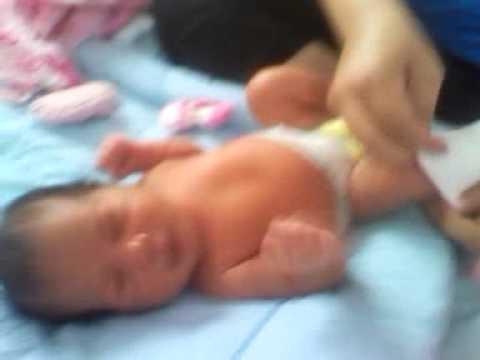 Vistiendo a una niña con semana de nacida