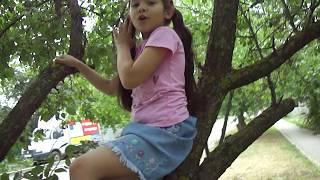 девочка зажигательно поёт частушки