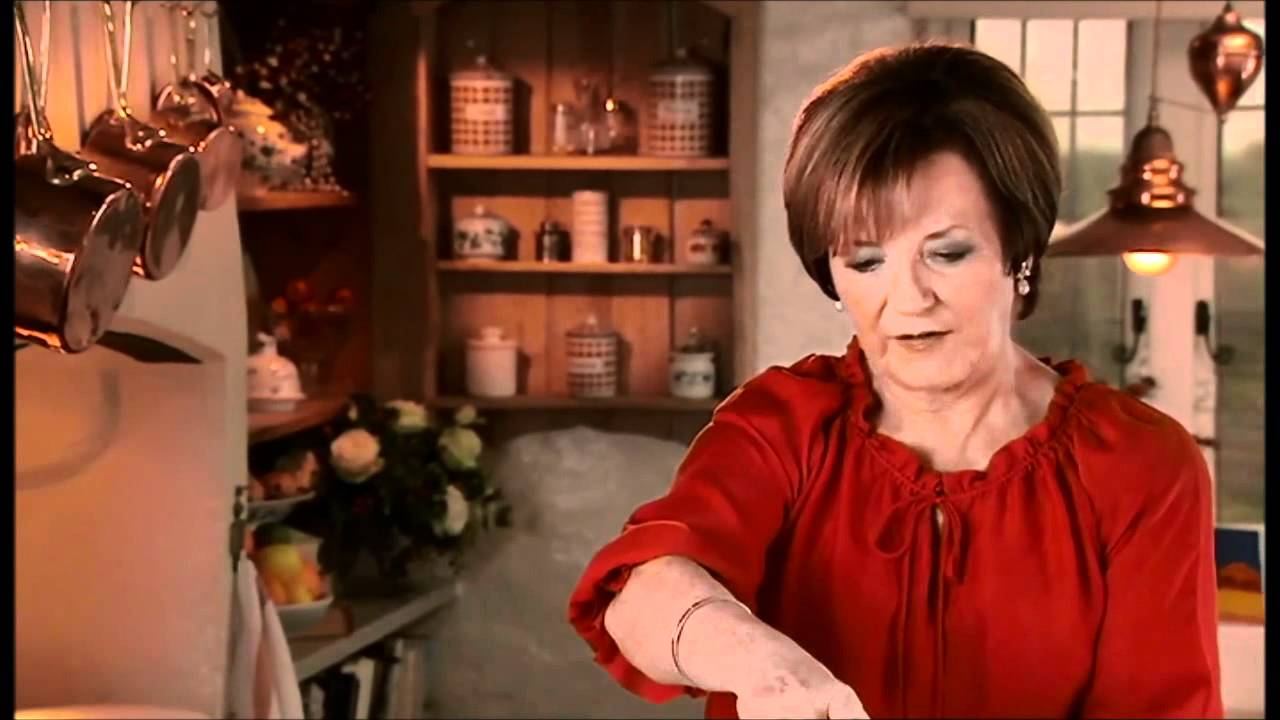 Delia Smith - Christmas Creole Cake - YouTube
