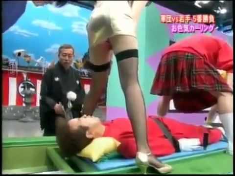 Nuovo gioco dal Giappone Vince chi legge la scritta sugli slip delle ragazze
