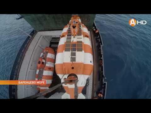 катер спасает подводная лодка
