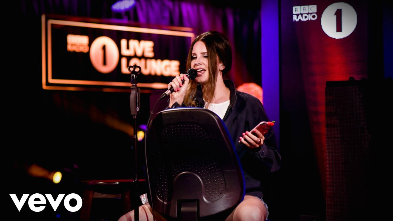 "Lana Del Rey - BBC Radio 1「Live Lounge」にてAriana Grandeカバー""Break Up With Your Girlfriend, I'm Bored""など2曲を披露 スタジオライブ映像を公開 thm Music info Clip"