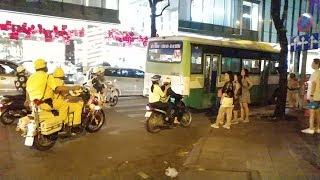 Xe cộ hỗn loạn khi 2 đoàn xe có CSGT dẫn đường bất ngờ chạy qua-Chaos traffic when VIP convoy come