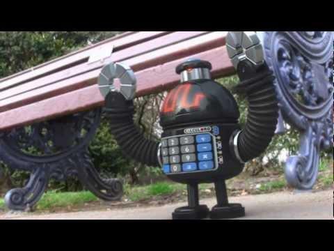 """""""Invade all of the Humans"""" robots miniatura tratando de invadir la tierra"""