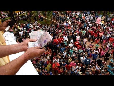 Paraguay Catholics throw bills at crowd to thank Virgin
