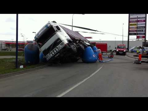 Volvo FH12 Truck accident rescue operation trailer flip over crash lastbil olycka