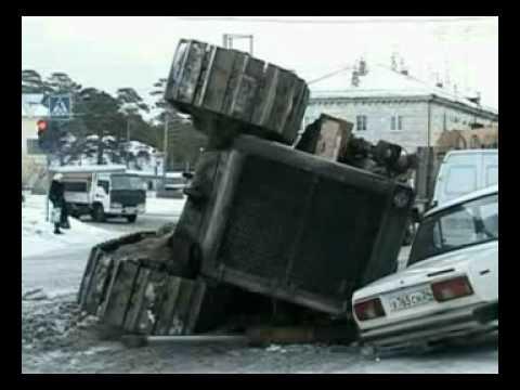 Сорокотонный трактор упал на дорогу